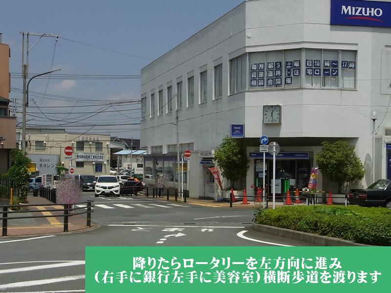 降りたらロータリーを左方向に進むと、右手に 銀行、左手に美容室、その先は、バス通りです。